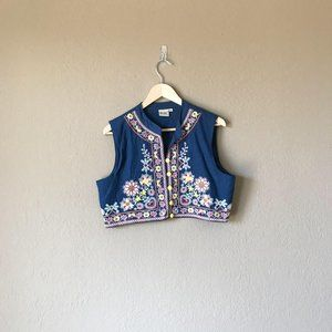 Neerus Floral Embroidered Button Front Crop Top